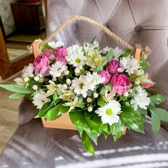 Альстромерии и розы в ящичке