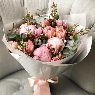 Букет из пионов и тюльпанов