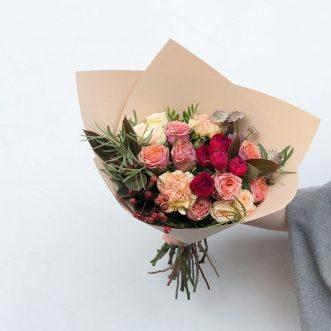 Букет из роз и диантуса
