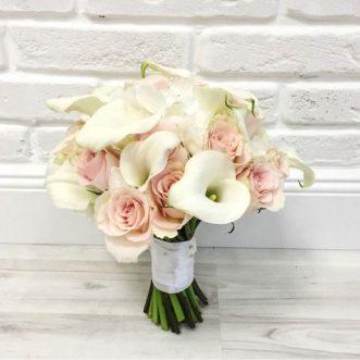 Букет невесты из калл и белых роз «Признание»