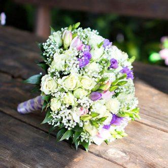 Букет невесты из тюльпанов и кустовых роз «Сияние глаз»