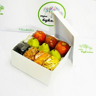 Коробочка с яблоками, груша и сухофруктами