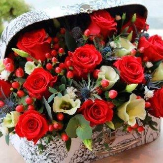 Композиция с розами и гиперикумом