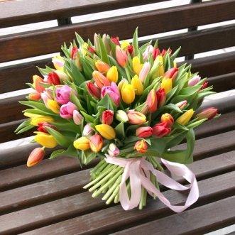 Разноцветный букет из 101 тюльпана