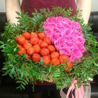 Сердце с розами и клубникой