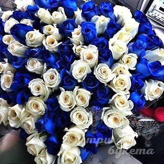 101 белая и синяя роза 60 см.
