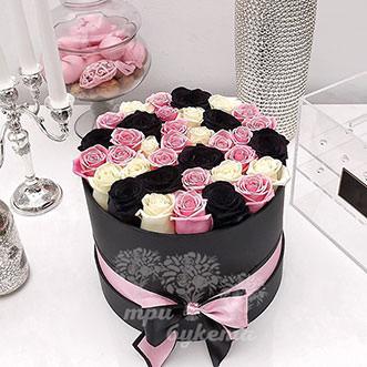 Букет из черных, белых и розовых роз