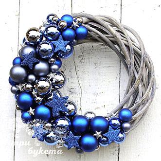 Новогодний венок с синими шарами