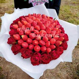Букет из 70 ягод клубники и роз