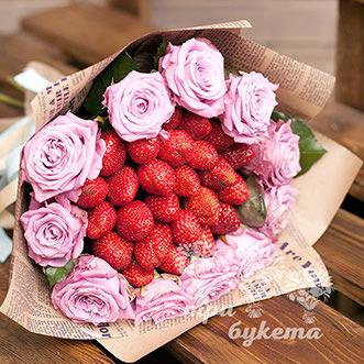 Букет из 11 розовых роз и клубники