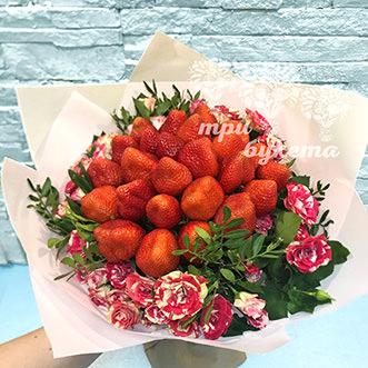 Букет из 25 ягод клубники и роз