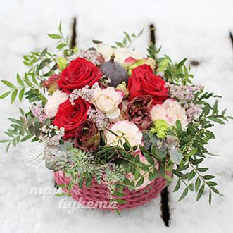 Мини-композиция из роз и инжира