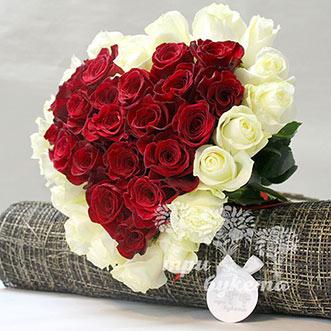 Сердце из белой и красной розы