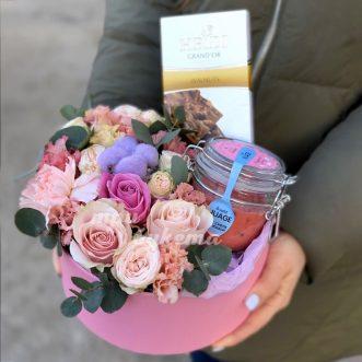 cvety-i-sladosti-v-korobke-dlya-mamy